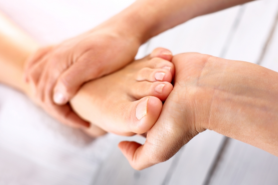 How to Give A Foot Massage [Infographic, Video, & Guide]